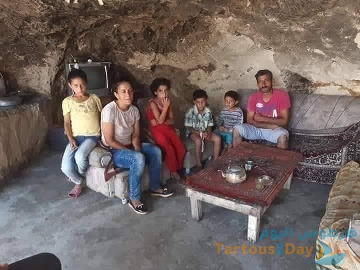 عائلة من ريف طرطوس بمنطقة القدموس تعيش في كهف ... صور