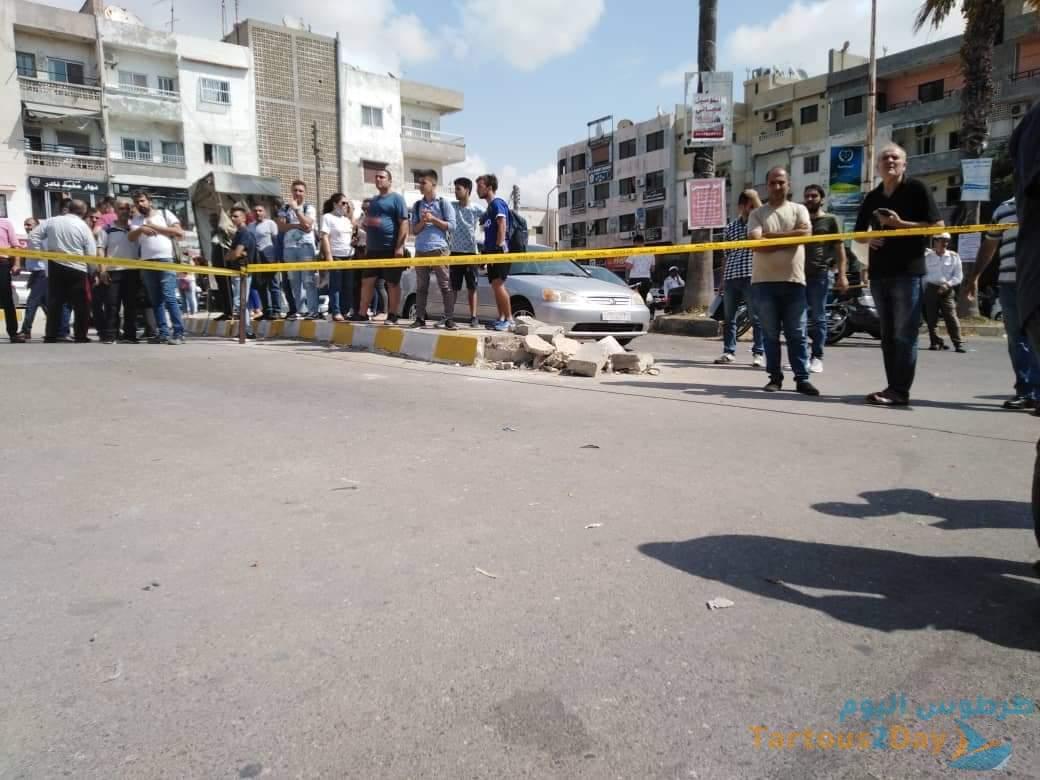 """مواطن يفجر """"قنبلة"""" بمحاميه على مدخل محكمة طرطوس (صور)"""